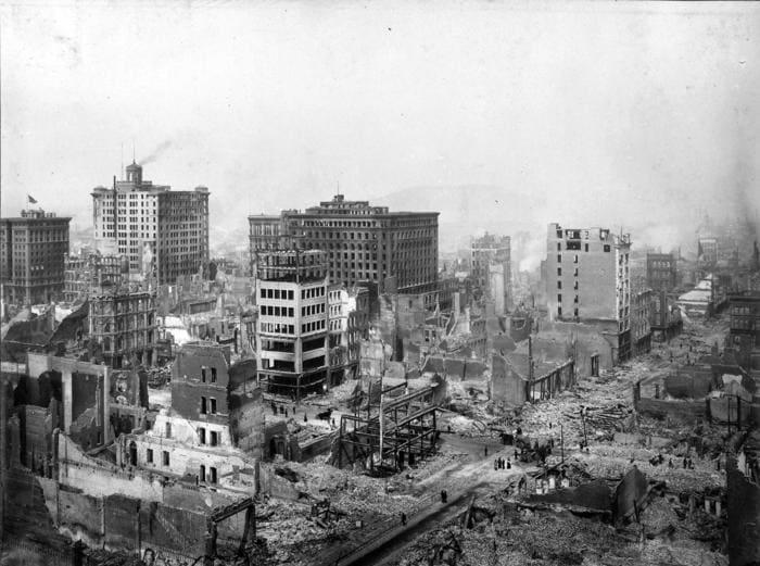 Сан-Франциско после землетрясения. Развалины в окрестностях Пост-авеню и Грант-авеню. Фото — Х. Чеддвик. 1906 г. Источник: https://regnum.ru/pictures/2120098/133.html