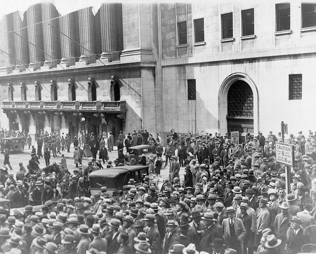 Толпа окружает биржу Нью-Йорка
