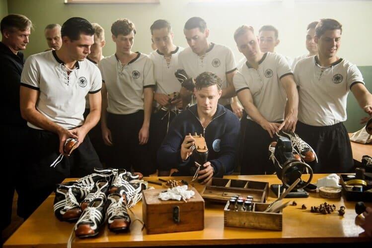 Кадр из фильма «Дуэль братьев. История Adidas и Puma»