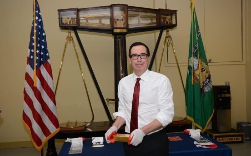 Рис. 3. Стивен Мнучен держит слиток золота из хранилища Форт-Нокс, 2017 год