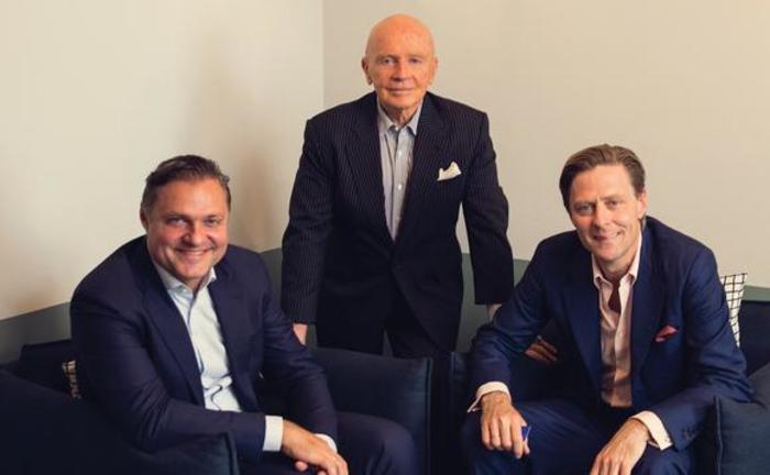 Марк Мобиус с сооносвателями Mobius Capital Partners Грегом Конечны (слева) и Карлосом Харденбергом (справа)
