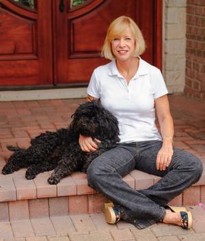 Линда Рашке со своей собакой на крыльце своего дома. Фото с сайта lindaraschke.net