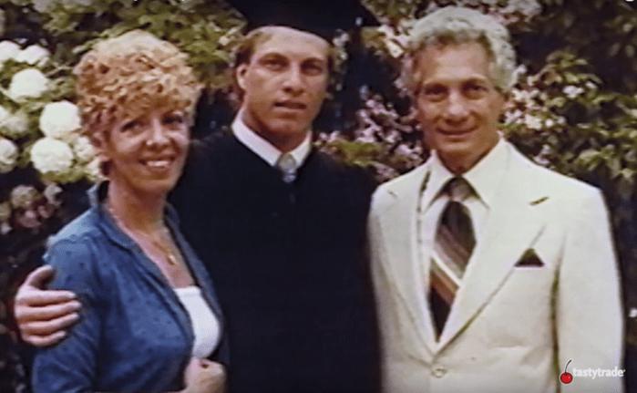 Льюис Борселлино с матерью и отцом на выпускном из колледжа