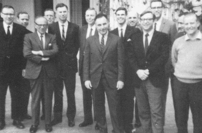 Грэм (третий слева) со своими  учениками в 1968 г. Слева от него на первом плане – Уоррен Баффетт. Фото из личного архива Уолтера Шлосса