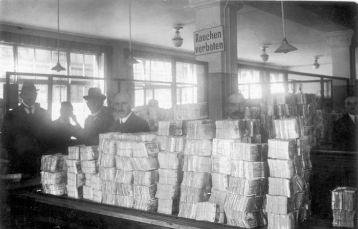 Германия, октябрь 1923 года. Кипы новых банкнот, ожидающих распространения в Рейхсбанке, во время гиперинфляции. Фото - en.wikipedia.org