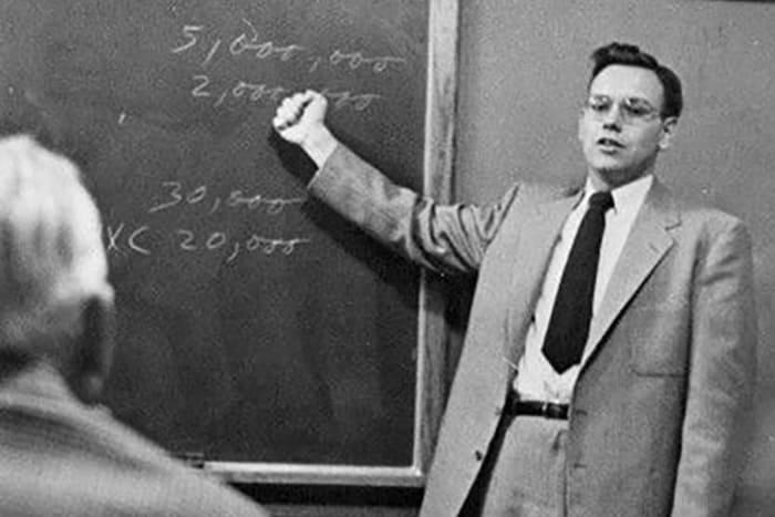 Баффет во время чтения лекции в университете Омахи. Фото с forbes.com
