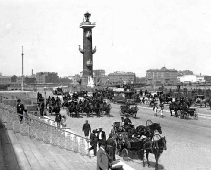 Биржевая площадь перед зданием Санкт-Петербургской биржи. Фото из архива автора.