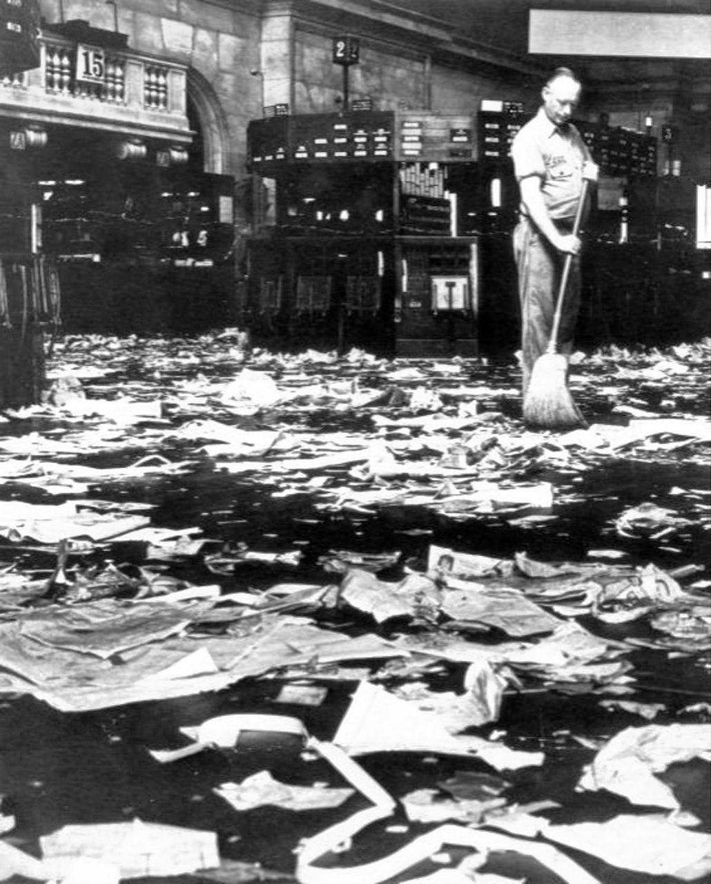 Начало Великой депрессии. Уборщик подметает акции, которые превратились в мусор. Нью-йоркская биржа, 1929 год
